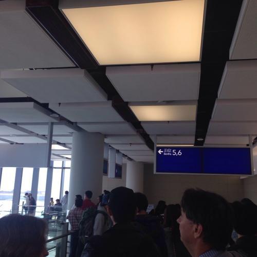 飛行機と同じで、搭乗時間になったらゲート前に並んで、乗船します。