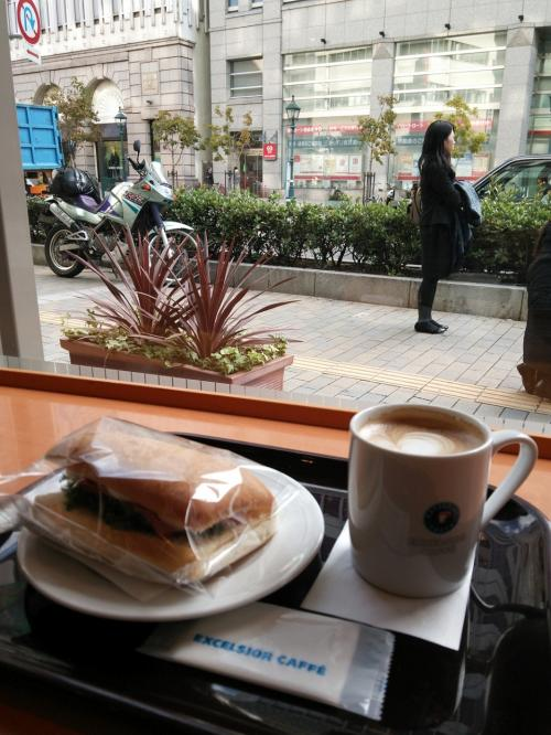 神戸のオシャレなカフェでブランチを、などと考えてみましたが、まだ早くて意外と開いてないし、バイク置場にも困るしで、ここで妥協...<br />