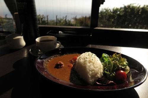 ウロチョロしたおかげで、あっという間にお昼を過ぎていて、景色の良い所で昼食。<br />8月にオープンしたばかりのTENRAN CAFEだそうで...<br />