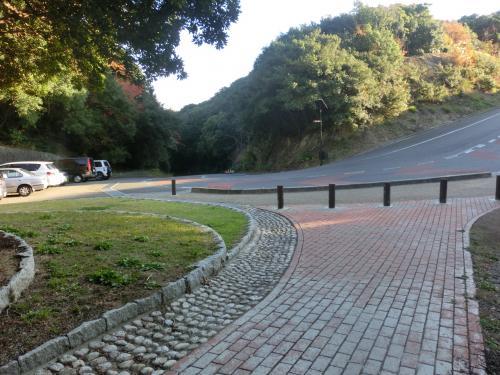 駐車場のそばの、レンガが敷き詰められた道を進む。<br /><br />写真の左側が駐車場。<br />右の坂を進むと、すぐに休暇村紀州加太に着く。