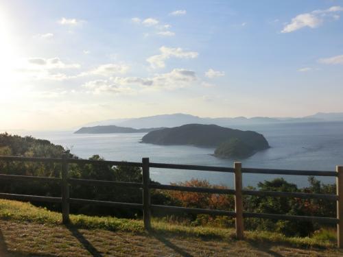 私たちがこの日上陸した友ヶ島と、遠くに淡路島が見えた。<br />友ヶ島は4島の総称。<br /><br />中ほどに見えるのが、砲台のある沖ノ島。