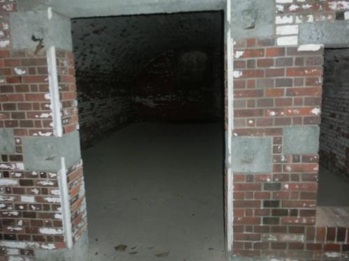 地下一階は弾薬庫だった。<br /><br />いくつも並んでいた。