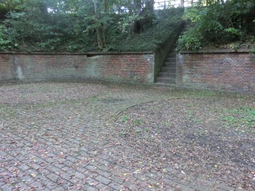 砲台跡に出た。<br /><br />階段を上がると、さっきいた展望台に行ける。<br /><br />正面の壁に、