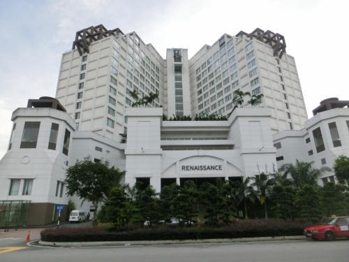 陸路、シンガポールからJBへ移動する場合は平日の昼間が狙い目である。ルネッサンス・ジョホールバル・ホテル(写真)はJBの中心部からタクシーで20分くらい西方面に走ったペルマス・ジャヤにある。