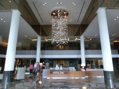 11月15日、土曜日の午後、シンガポールからの陸路の移動でかなり疲れ、やっとホテルにたどり着く。60歳を超えた私でも見知らぬ国の見知らぬホテルに入る瞬間は胸が高まる。玄関をくぐると2層吹き抜けのロビーが広がり高貴な雰囲気が漂う。Good.