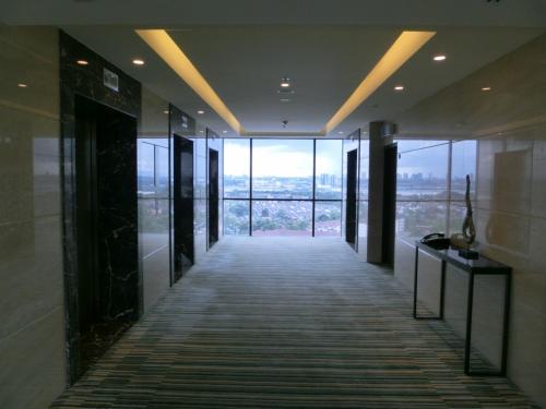 14階という高層階に満足し、さっそく部屋に向かう。エレベーターホール(写真)の先には床から天井までのガラス窓があり外の光があふれる。