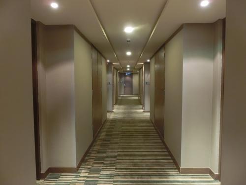 そして、長い廊下(写真)を歩いて部屋に向かう。