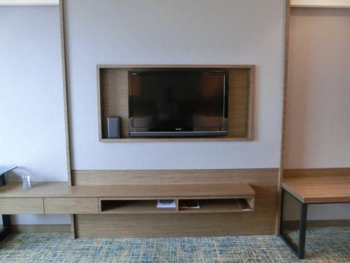 正面の壁に40インチの大きなLCDテレビが設置されており、ケーブル・衛星放送の受信が可能である。日本のNHKも常時放映されている。これは有難い。おまけにテレビはシャープ製だ。ありがとう!ルネッサンスさん。