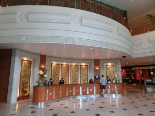 フロント(写真)でのチェックインの時、リクエスト通りの高層階の眺めの良い部屋かしっかり確認する。このホテルには日本人スタッフ(女性)が常駐しているので、後ほど会いにいく。