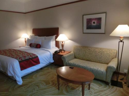 今回は1人旅なので大きなキングベッド(写真)をリクエストした。気になるルームチャージは1泊2名の朝食付きで390RM。これに10%のサービス料と6%の税を含め総額452.86RM(15397円)となった。5泊もすると結構な値段になる。
