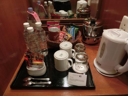 客室のアメニティとして無料のボトルの水、コーヒー&ティーメーカー、瞬間湯沸かし器(写真)などがある。室内テレビはシャープ製でNHK放送が見れる。日本ガンバレ!