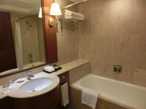 バスルーム(写真)は大理石作りであるがやや古い感じがする。残念ながらバスローブはなし。