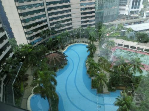 これはいい!この広いプールで泳ぎ、チェアーに寝転がれば外の喧騒が忘れられる。ここは都会のオアシスになる。一気に気分が盛り上がる。
