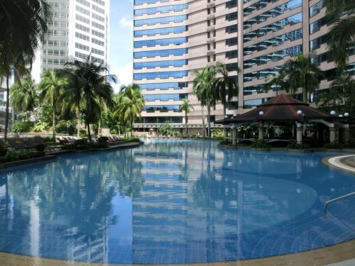 高級ホテルの専用プールだけあってお客は少ない。いつも好きな場所を占有できる。意外に水が冷たくひと泳ぎしてプールサイドに上がり、温水シャワーを浴びる。