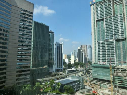 大きな窓からは高層ビル(写真)が林立するのが見える。ここはKLの中心部に近く建築中のビルも多い。まさに急発展してるマレーシアの象徴的な場所でもある。