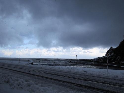 外の天気はこんな感じで、あられのような雪がたくさん降っていた。