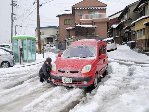 ところが、鳥取に向かう途中で、やはり雪の多い場所へと出て来てしまった。そこで、道の途中ではあるものの、交通量が少ないことに甘えて、ここでチェーンの取り付けを行った。