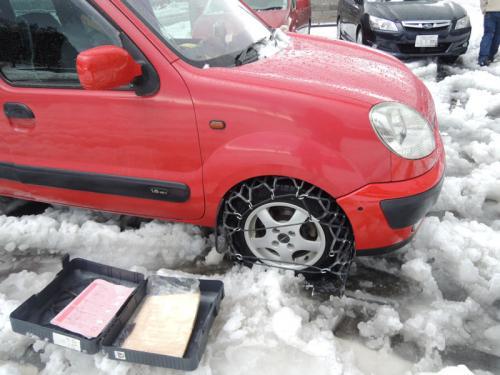 雪のためか、チェーンはなかなか装着できなかった。そうこうしているうちに、駐車場に停めた車を出庫したい人の邪魔になっていることがわかり、謝りながら待っていただくことになった。<br /><br />駐車場に車を停めている人たちは、スタッドレスのタイヤをつけているようで、涼しい顔をしていた。