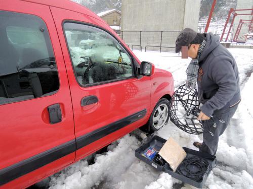 かつて余部鉄橋があったところの道の駅の駐車場にカングーを停めようとしたとき、雪の深みにはまってしまい、カングーが動かなくなってしまった。さあ、困った。<br /><br />ガンモは、カングーのタイヤにチェーンを巻き始めた。