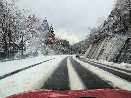 ところが、途中でだんだん雪がひどくなって来た。雪というよりも、あられに近い状態だった。道路もところどころ凍結していた。