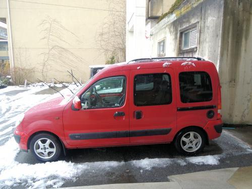 城崎温泉に一泊し、カニ料理を堪能したあと、旅館の駐車場に出てみると、雪がいくらか積もっていた。