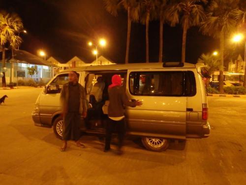馬車のチャーターは、サンライズを見て、パゴダを回って空港までなのですが、馬車の居る場所までは別途タクシーで移動(><)