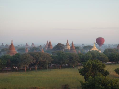 仏塔群と気球