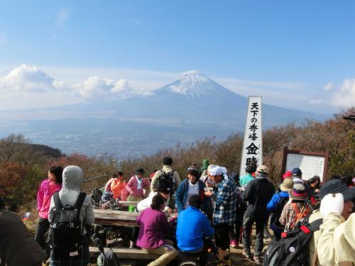 息も切れずに山頂に到着。<br /><br />山頂からは、富士山の眺望がすばらしく、眼下には巨大なカルデラ湖である<br />芦ノ湖が一望できます。