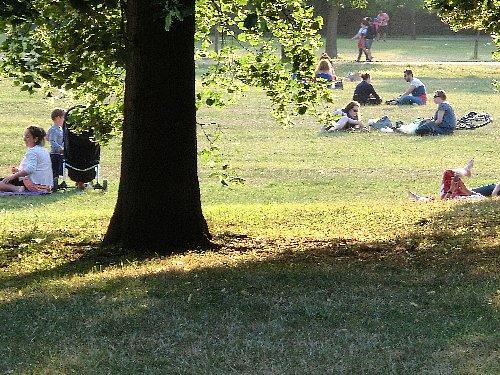 公園では小さな子供を連れた家族が遊んでいます。これは夕食の前でしょうか、後でしょうか?
