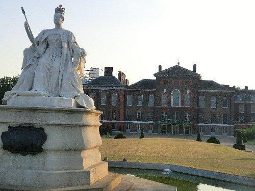 ケンジントン宮殿<br /><br />20分ほど歩いてケンジントン宮殿へ行きました。かつてはダイアナ妃が住み、今はウィリアム王子夫妻が住んでおられる所です。時間が早ければ中を見学したいところでした。