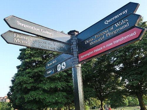 ケンジントン公園には、ダイアナ妃を記念した泉(左の矢印)と遊び場(右の矢印)が作られています。