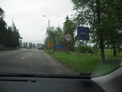 事前に調べたところ、海外のレンタカーで交通違反で切符を切られている人の ブログを読んだことがある。違反金の支払いとか、かなり面倒臭そうだった。 そんな記憶があって、かなり慎重に走った。特にスピードには気をつけて。 <br /><br />しばらく走るとリトアニアとの国境にさしかかる。バルト三国(ラトビア・ リトアニア・エストニア)はシェンゲン協定によって、国家間の移動については 国境検査はいらない。でも何かしらゲートがあるだろうと予想して言ったが、 ゲートなんてまるで無く。「以前ここにゲートがあったんだろうなぁ〜」的な 道路の造りの面影があったぐらいで拍子抜け。 <br /><br /><br />(写真:この星の看板は・・・。この辺が国境か?!)