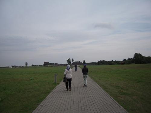 十字架の丘近くになってくると、ナビが示す場所とiphoneのgoogle先生が示す場所が 異なっていた。とりあえずナビにしたがって進むと、十字架の丘とは全然関係ない 場所に到着。あのレンタカー屋の係員め! <br /><br />ということで、ここからgoogle先生に従う。google先生の示す場所は正しく、 遠くにちょっとした丘みたいなのが見えたかと思ったら、突然駐車場が現れた。 やはり観光地として成り立ってるようだ。駐車場からは歩いて十字架の丘に向かう。<br /><br /><br />(写真:駐車場からまっすぐ伸びる歩道を歩いていくと・・・)