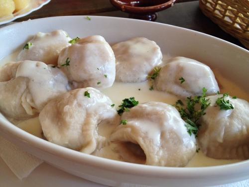 そしてもう一品。これは「ペリメニ(Dumplings with meat)」。 モスクワでも食べたがここリトアニアでも普通にある。クリームソース仕立てで美味い。これも皮がもっちもちでお腹にたまる。餃子をサワークリームで食べるという感覚はなかなかいい感じだ。