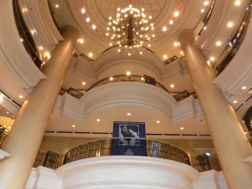 マリオットホテルの玄関を入ると吹き抜けのホールが広がり、天井にはシャンデリア(写真)が輝く。Good.豪華な雰囲気に気後れせず、胸を張ってフロントに行く。