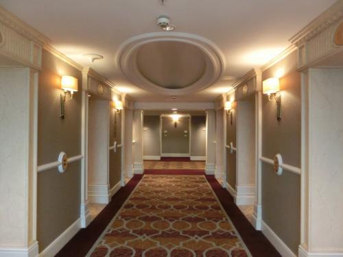 新たなホテルへのプロムナード、緊張しつつ我が部屋に向かう。エレベーターホール(写真)にも気品が漂う。