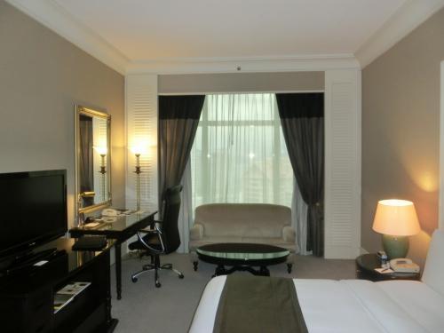 そして高層階、23階の部屋(写真)に入る。室内は白い壁に黒を基調とした家具やカーテンを使用しており、金色のガラスの枠が高級感を演出している。Good。