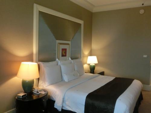 部屋の広さは40?あるがそれほど広いとは感じられない。その理由はバスルームにあった。客室代金は1泊500RM+税・サ(合計19720円)。朝食なしでこの値段なので、1人で泊まるにはもったいないかな?