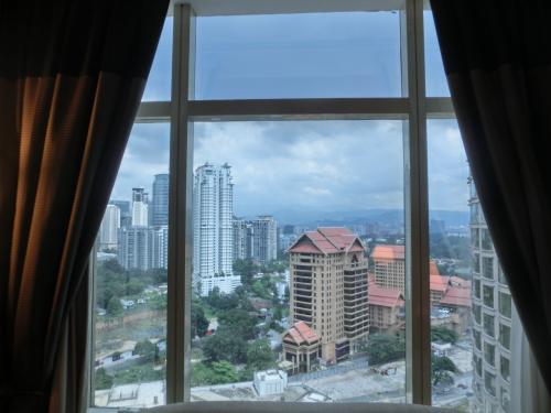 23階の客室からの眺め(写真)はなかなか良い。ブキッ・ビンタンの中心に位置するマリオットは高層ビルに囲まれている。