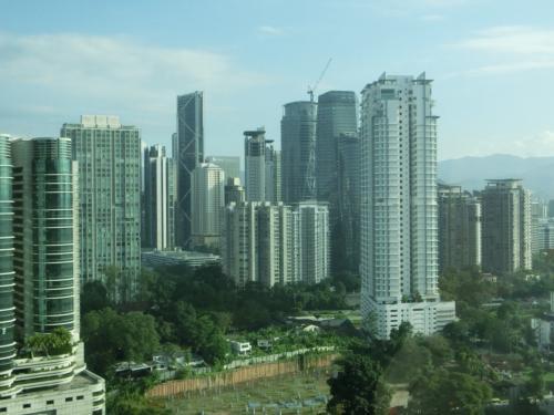超高層ビルが林立しているクアラルンプールであるが、まだまだ緑や空き地(写真)が多い。これからさらに発展する余地大である。