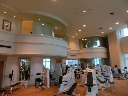 マシン(写真)も結構そろっており、ジョギング、筋トレ、自転車がしっかりできる。この隣に広いスタジオがある。