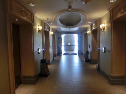 ジムから階段を上がって6階に行く。6階のエレベーターホール(写真)の先には神々しく光があふれている。