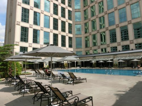 光の先は、宿泊者だけの秘密の場所、ホテルのプライベートプール(写真)であった。プールサイドにはチェアーが沢山並び、「リゾートして下さい」と呼びかけているようだ。