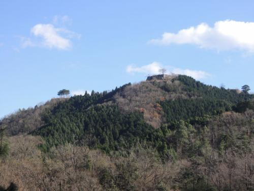 ときどき竹田城跡を確認しながら、舗装された山道を歩いて行く。