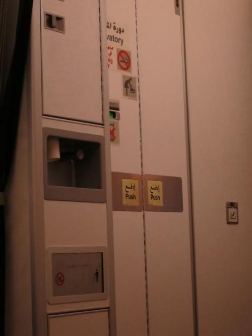 機内は8割程度の搭乗率。<br />けっこうな混雑です。非常口座席が空いていたので、<br />席を移らせてもらいました。<br />足が伸ばせて楽ちん。<br />ふと横をみると、水飲みらしきセルフのウォーターコンテナが。<br />日系航空にはない設備なので、びっくりしてパチリ。<br />(誰も利用していなかったけど)