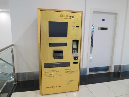 金の自動販売機を発見!<br /><br />しかし…アブダビ空港期待はずれです。<br />以前、ドバイ空港で乗り継ぎしたときには<br />多数の中東らしいショップ(水たばこの店とか)に加え、<br />ワンフロワ一面ゴールドスークのようになっていて、<br />見ているだけでも楽しかったのですが、<br />アブダビはそういう感じではありません。