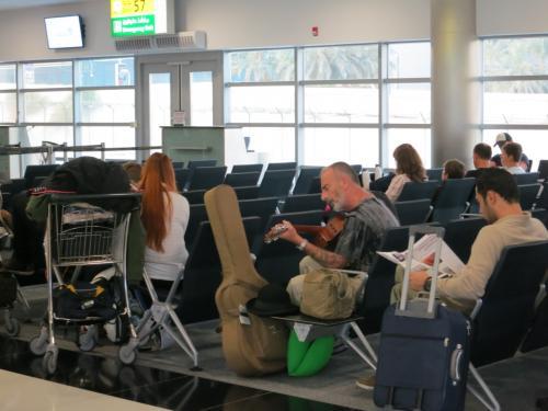 し…しかし、やっぱり外国…<br />搭乗口でおもむろにギターをつま弾きだすオジサン…(笑)<br />予想に反してけっこういい曲弾いていて和んだ(笑)<br /><br />乗継時間が4時間あったのですが、<br />wi-fiが無料で使えるので、スマホいじっている間に<br />時間がつぶれました。