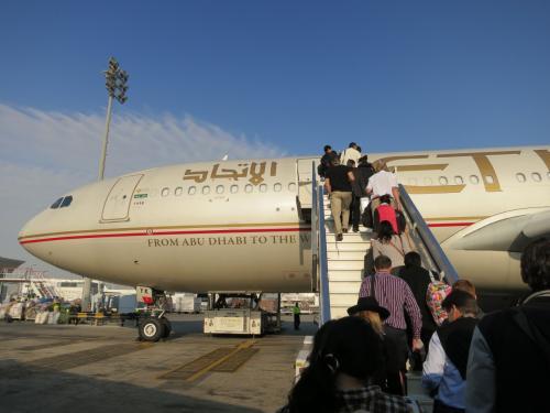 さてフランクフルトへ向けてEY007便に乗ります。<br /><br />オープンスポットからの出発で<br />バスにゆられて機体まで移動しました。