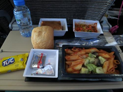 乗り継いで、一度目のお食事。<br />うーん…野菜サラダが不思議な味でした。<br />キュウリやピーマン類がトマトピューレで和えてあるような…<br />お塩を振らないと味気なかったです。