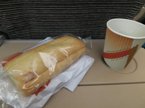 着陸前にはツナサンドイッチが…<br />うーん…。